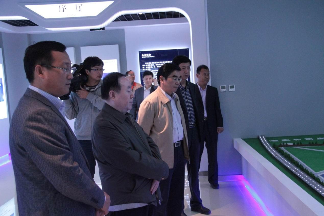 公司 一行/赵主席一行首先参观了科研楼展厅,解说员向来访领导着重介绍了...